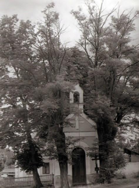 Dobový snímek kapličky sv. Vavřince v Jaroslavicích.