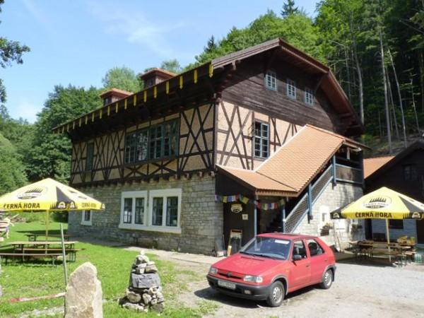 Propamatky.info: Památkově chráněnou chatu Švýcárna v Moravském krasu opravuje ekologické Hnutí Brontosaurus.